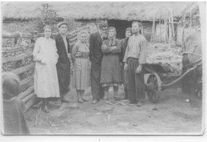 Слева моя бабушка, Алексей Гаврилович, Маша инке, Роман пиччесен Алюшĕ, Алтати инке (Роман) , Графиня аппа, справа дедушка возле телеги.