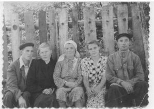 Брат моего отца Евгений Максимович с женой, бабушка, т. Маша и дедушка. -Галина Демидова