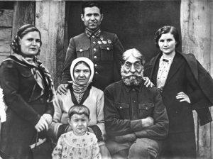 Прощальная фотография семьи. Герой с женой приехал в родную Мирную Дубовку. Лето 1940 года.