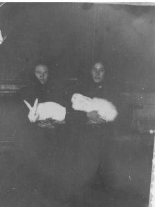 Март 1962 г. Кролиководство. Посёлок XI лет Октября. Демидова Раиса и Потапова Нина аппа (Дегтярёва)