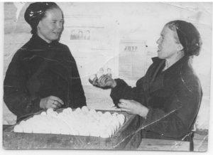 1973 год. Птицеферма в посёлке. Демидова Раиса, Овчинникова Галина.