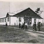 Строители комплектовали школу всем необходимым оборудованием, инвентарём, учебно-наглядными пособиями, мебелью, инструментами. Здание новой школы, построенное нефтяниками.